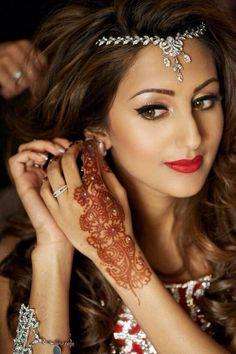 Dubai Fashionista: Photo Tikka for Mehndi or Sangeet depending on my hairstyle Indian Bridal Makeup, Asian Bridal, Wedding Hair And Makeup, Indian Bridal Jewelry, Indian Head Jewelry, Bride Makeup, Bridal Mehndi Designs, Hindu Girl, Tikka Hairstyle
