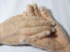 Geef elkaar de hand naaldgevilt- ware grootte.  Just join hands- real size neelde felt. Gea Andriessen. okt'15  facebook.com/degroeneuil