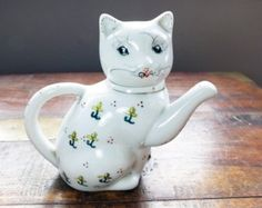 Kitsch lucky cat teapot with yellow flowers daffodils white neko kawaii