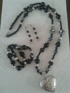 Mooi setje sieraden in het zwart met metalook kralen.