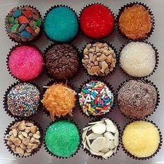 62 super Ideas for cupcakes decoration amor desserts Dessert Boxes, Dessert Decoration, Graham Balls, Brigadeiro Recipe, Chocolates Gourmet, Cloud Cake, Cupcake Flavors, Chocolate Shop, Fun Cupcakes
