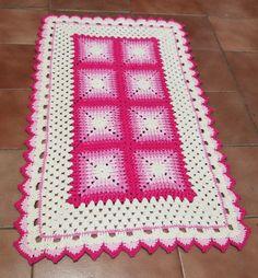 Feito com barbante nº 6 Linhas Mais cru e três tons de rosa (bebe, rosa claro e pink). Mede 54 x 87 cm. Peça única.