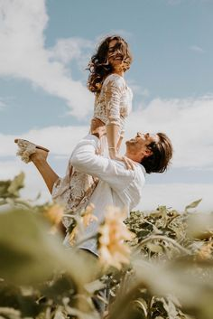 Wedding Photo Ideas In Hawaii Without The Beach : cute wedding lift photo idea These two eloped to Hawaii, but not for the sand and sun, but for the Sunflowers! Couple Photography Poses, Couple Portraits, Wedding Photography, Photography Ideas, Photo Couple, Couple Shoot, Couple Photoshoot Ideas, Couple Posing, Romantic Couples