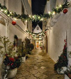 È decorazione l'arte, è volontà di esprimersi. Carmelo Bene . . . #igworldclub #ig_worldclub #ig_europe #ig_europa #ig_italia #ig_italy #instaitalia #igs_europe #italian_places #gf_italy #italy_vacations #loves_italia #loves__europe #loves_puglia #bestpugliapics #top_pugliaphoto #puglia #yallerspuglia  #sud_super_pics  #loves_madeinitaly #visititalia #loves_united_italia #ig_fotoitaliane  #vivo_italia #visitpuglia  #ia_nataleincitta #locorotondo #bestnightpics #pocket_nights #icu_nightlife