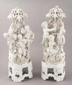 paire de scènes bucoliques en porcelaine tendre de Capo di Monte blanche avec une base indépendant