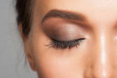 5 Eyeshadow Looks We Love Lionesse Beauty Bar eye makeup natural look - Eye Makeup Natural Brows, Natural Eye Makeup, Glitter Eyeshadow, Eyeshadow Looks, Maquillage Urban Decay, Move Over, Brow Filler, Smoky Eye Makeup, Beauty Hacks Video