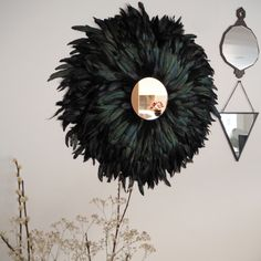 Make this chic wall decor with a juju hat AND a sun mirror! (in French) Diy Mirrored Furniture, Diy Furniture, Sombreros Juju, Spiegel Design, Sun Mirror, Mirror Crafts, Feather Wall Art, Juju Hat, Feather Crafts