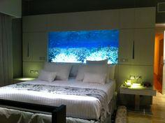 Habitación de hotel en Cancún México, en una realización para Melia.   LA iluminacion del cabecero se controla por medio de un regulador, junto a la cama.