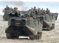 離島奪還訓練で、陸上自衛隊員らを乗せ浜辺を移動する水陸両用車AAV7=2月21日、米カリフォルニア州のキャンプ・ペンデルトン(共同)