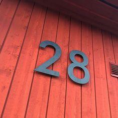 """Olsson Bygger på Instagram: """"Kvällens syssla = borra upp dessa! ☺️🙌🏻 #fasadsiffror #hussiffror #husnummer #fasaddekor #faluvapen #falufasad #rötthus #trähus #enplanshus…"""""""
