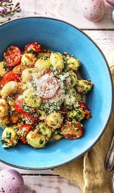 Rezept: Gnocchi mit Bärlauchpesto, Kirschtomaten, Karottenstreifen und Käse Kochen / Essen / Ernährung / Lecker / Kochbox / Zutaten / Gesund / Schnell / Frühling / Einfach / DIY / Küche / Gericht / Blog / Leicht / selber machen / backen / Bärlauch / Veggie / 30 Minuten / Vegetarisch #hellofreshde #kochen #essen #zubereiten #zutaten #diy #rezept #kochbox #ernährung #lecker #gesund #leicht #schnell #frühling #einfach #küche #gericht #trend #blog #selbermachen #backen #bärlauch #gnocchi #pesto