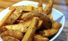 Gekookt, frietjes, krieltjes: aardappels zijn enorm veelzijdig. Ook deze heerlijke knapperige aardappelwedges met knoflook moet je zeker eens proberen. Baked Potato Wedges Oven, Potato Wedges Recipe, Oven Baked, Air Fryer Recipes Potatoes, Potato Recipes, Air Fry Recipes, Cooking Recipes, Cooks Air Fryer, Food And Drink