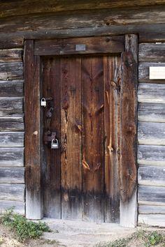 antic http://www.torange-pt.com/Architecture/details/Antigo-porta-com-um-moderno-fechaduras-3307.html Banco de fotos www.tOrange-pt.com livres e grátis Antigo porta com um moderno fechaduras  Tags - #para #manter #segurança #suspensão #longo #old #enferrujado #metal #guarda #ladrão #fechadura #articulada #Fechadura #porta #está #fechar #fechada #roubar