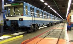 La mayoría de las ciudades de Quebec ofrecen servicio público de autobuses. Montreal es la única ciudad que cuenta con un metro (tren subterráneo) y cinco líneas de trenes suburbanos.