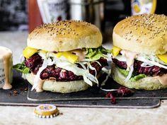 Burger können auch ganz ohne Fleisch richtig lecker sein. In unserem Rezept wird der Patty einfach mit Roter Bete gemacht.