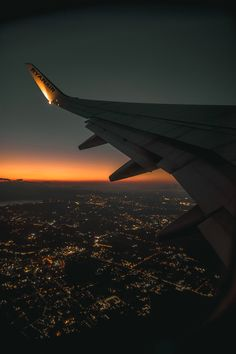 Night Aesthetic, City Aesthetic, Travel Aesthetic, Aesthetic Backgrounds, Aesthetic Iphone Wallpaper, Aesthetic Wallpapers, Airplane Photography, Travel Photography, Moon Photography