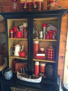 Display of old-times thermoses, lunch boxes, and picnic baskets, along with enamelware dishes Vintage Picnic, Vintage Cabin, Vintage Decor, Rustic Decor, Farmhouse Decor, Rustic Hutch, Plaid Decor, Lodge Decor, Vintage Kitchen