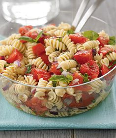 Pasta Salad This bright and flavorful tomato-basil pasta salad is perfect for a barbecue, potluck or simple at home.This bright and flavorful tomato-basil pasta salad is perfect for a barbecue, potluck or simple at home. Tomato Basil Pasta, Veggie Pasta, Cooking Recipes, Healthy Recipes, Pasta Salad Recipes, Summer Salads, Fusilli, Soup And Salad, I Love Food