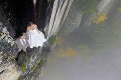 Fotógrafo faz registros incríveis de casal de noivos em penhasco | Catraca Livre