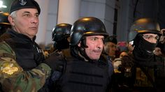 Kaum zu glauben, aber wahr: Argentiniens Ex-Staatssekretär wirft Tüten voller Geld über Klostermauer