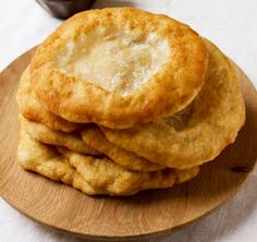 Hungarian Lángos This deep fried flatbread is a common street food in Hungary, served warm with sour cream and grated cheese, rubbed with garlic or doused with garlic water. Hungarian Cuisine, Hungarian Recipes, Hungarian Food, Slovak Recipes, Good Food, Yummy Food, Czech Recipes, Romanian Food, Pasta