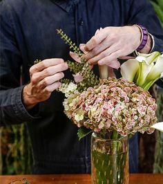 DIY: aprenda a fazer arranjo de flores com hortênsias e callas (Foto: Julio Acevedo)