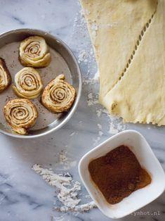 Simpele zoete broodjes met kaneel. Gemaakt van kant-en-klaar croissantdeeg, doen een beetje denken aan de Amerikaansecinnamon rolls.