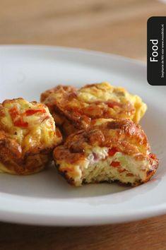 Omelet is lekker als ontbijt of lunch. Of in de broodtrommel. Deze omelet in bakblik maak je makkelijk van te voren. Tip: stop er ook wat groente in.
