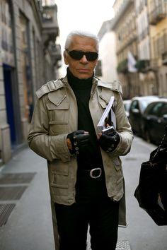 Karl Lagerfeld é conhecido como um dos estilistas mais influentes no mundo da moda do século XX. Colaborou com uma variedade de diferentes grifes, sendo Chloé, Fendi e Chanel as mais notáveis. Com contratos com diversas marcas e grifes pelo mundo.
