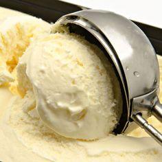 helados-cremosos-caseros El azúcar. A mayor proporción de azúcar añadida a la mezcla, más cremoso resulta. La miel. Es un anticongelante natural. El azúcar invertido. Evita que se cristalice el helado. La grasa. A mayor porcentaje graso, más cremosidad. Aquí nos ayudarán la nata, yogurt con leche entera y las yemas de huevo. Introducir aire en la mezcla. El aire no sería un ingrediente en sí, pero es necesario para evitar la congelación. Se hace batiendo la mezcla de manera firme y continua.