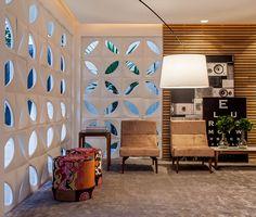 Projeto lounge Leo Shehtman Casa Cor São Paulo 2014. Inspiração decoração brasileira. Móveis de madeira. Ripas de madeira. Cogobó na decoração. Ambiente sofisticado. Ideias de decoração para sala.