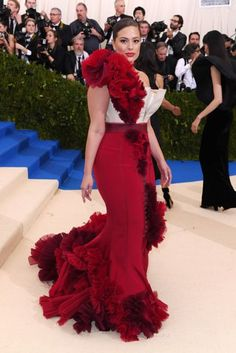 See the Met Gala 2017 dresses on Vogue. Don't miss all the Met Gala 2017 red-carpet dresses as they arrive. From Rihanna and Beyonce to Katy Perry and Blake Lively, see the Met Gala dresses for 2017 here. Ashley Graham, Big Girl Fashion, Curvy Fashion, Runway Fashion, High Fashion, Met Gala 2017 Dresses, Celebrity Dresses, Celebrity Style, Met Gala Red Carpet