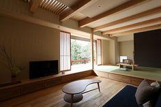 군더더기 없이 아주 깔끔하면서 내추럴한 지극히 일본스러운 주택을 소개합니다. 외관도 참 예쁘고 멋스럽... Japanese Architecture, Interior Architecture, Tatami Room, Japanese Interior, Wood Interiors, House Extensions, Drawing Room, Asian Style, Living Room