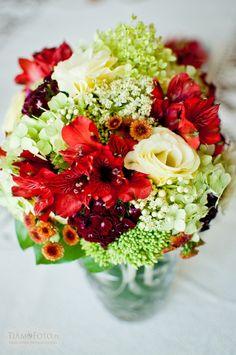 TiAmoFoto.pl bukiet ślubny, wedding bouquet, bukiet panny młodej, bride, kwiaty, ślub, fotografia ślubna, wesele, fotograf, detale, dodatki ślubne, dekoracje, red, white, czerwony, biały