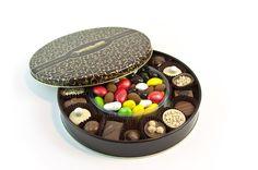 Metal kutusu kendine özel karton çanta ile özel bir sunum. Birbirinden keyifli çikolatalar ve drajeler ile süslenmiş çok keyifli bir hediye. çikolata sepeti, çikolatasepeti, chocolate, özel çikolata,ganaj,turuf, karamel, krokant, krenç, nuga, mild