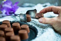 Čokoládové pralinky s náplní Praline Kitchenette, Chocolate Truffles, Sweet Treats, Cufflinks, Rings For Men, Food And Drink, Accessories, Jewelry, Gummi Candy