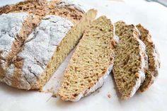 Speltbrood bakken is heel erg simpel. Dit brood wordt ook wel sodabrood genoemd. De (geiten)yoghurt zorgt samen met de baking soda voor een mooie rijzing.