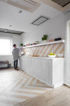 〚 Modern villa with blue cube in Poland 〛 ◾ Photos ◾Ideas◾ Design Interior Design Kitchen, Kitchen Decor, Interior Decorating, Osb Board, Cabinet D Architecture, Kitchen Flooring, Interior Inspiration, Furniture Design, House Design
