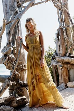 60 Design Ideas for Boho Style Clothing: Bohemian style is all about comfort and layering. Soft, comfortable clothes usually lose flowy dresses such as long maxis with loose fitting is the wonderful example of boho style clothing. Fashion Vestidos, Fashion Dresses, Ankara Fashion, Fashion Clothes, Free People Robe, Free People Maxi Dress, Style Bobo Chic, Boho Chic Style, Hippie Style