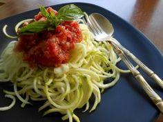 Sauce tomate pour spaghettis de courgettes : pour 4 personnes, 8 tomates, 10 olives noires, herbes. Mixer, puis ajouter champignons shiitaké émincés.