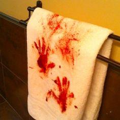 decoración para Halloween casera con toalla con sangre