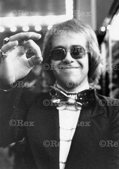 Elton John, 1970s だからさー、その蝶ネクタイ歌う時に窮屈じゃないの??笑