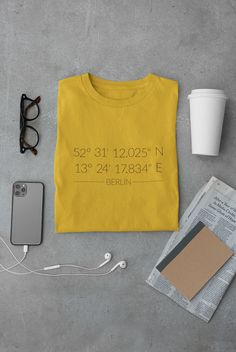 Ein gelbes Shirt zusammen mit den Berliner Koordinaten ist auf jeden Fall ein Hingucker.  Super für Berlinliebhaber, für geborene Berliner oder als Geschenk.  #fashion #berlin #berlintshirt #berlinliebe #menfashion #unisexmode #berlinbilder Unisex, Super, Tattoo, Sweatshirts, Sweaters, Fashion, Fashion Styles, Gift, Moda