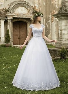 a17c0c11fa57 Luxury Russia sweetheart tulle Lace appliques a line Wedding Dresses  Sleeveless Vestido De Noiva Free Shipping NB104-in Wedding Dresses from  Weddings ...