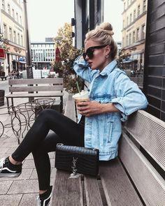 jaqueta jeans + legging preta + tênis Vans + bolsa YSL #fashion