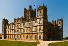 English Stately Homes: Highclere Castle - this was used as the stately home in Downton Abbey TV series Downton Abbey Castle, The Real Downton Abbey, Downton Abbey Fashion, Downton Abbey Filming Locations, English Castles, Beautiful Castles, Britain, Hollywood, Tours