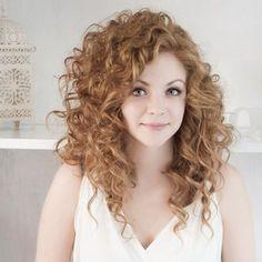Como deixar o cabelo ondulado mais definido Aprenda a aumentar a definição de cabelos ondulados. Dicas de arrasar.