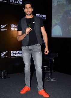 Sidharth Malhotra Best Dressing styles of Sidharth Malhotra to Copy Mens Fashion - Reality Worlds Tactical Gear Dark Art Relationship Goals Formal Dresses For Men, Formal Shirts For Men, Men Formal, Boyish Outfits, Cool Outfits, Red Sneakers Outfit, Royal Blue Outfits, Casual Trends, Blazer With Jeans