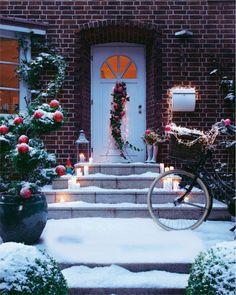 Ein Bündel locker drapierter Efeuranken, geschmückt mit Kugeln und Lichterkette, verschönt hier die Tür, und für noch mehr Funkeln tragen auch Briefkasten und Fahrrad Kette. Immer stimmungsvoll: Glaskugeln. Die sind übrigens frostsicher, und Clip-Modelle lassen sich schnell an Ästen befestigen.