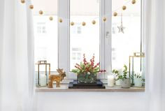 Wir lieben die weihnachtliche Aussicht aus dem Fenster! Ebenso wichtig: die Deko! Wir zeigen Ihnen, wie Ihr Fensterbrett zum weihnachtlichen Blickfang wird.